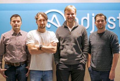 Von links: Max Gannutin (Acquired.io), Paul Müller (Adjust), Andrey Kazakov (Acquired.io) und Christian Henschel (Adjust), Bild: Adjust