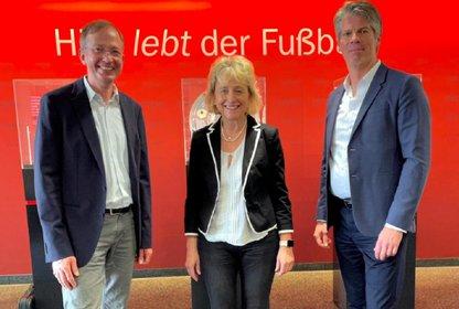 Bärbel Schnell mit den Quarter Media Geschäftsführern Tibor Gaddum und Oliver Lessing, Bild: Kicker
