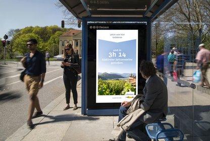 Das personalisierte Creative mit Reisezeitangabe an einer Bushaltestelle in München, Bild: Vivalu/Südtirol Tourismus